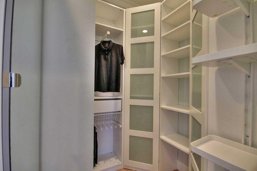 Vallejo_-_closet