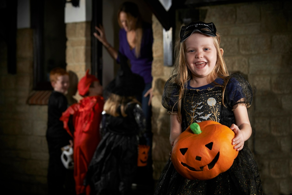photodune-9438683-halloween-party-with-children-trick-or-treating-in-costume-s