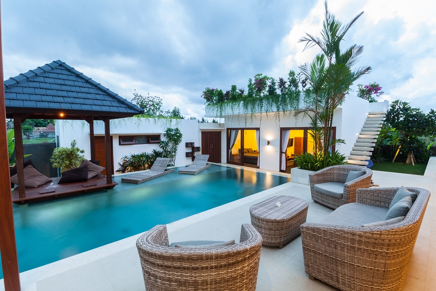 poolside-decor